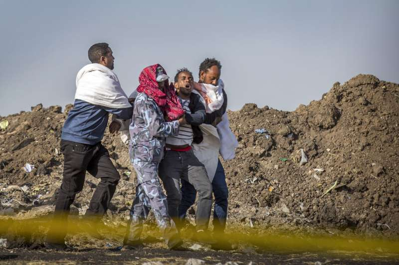衣索比亞航空空難,罹難者家屬崩潰痛哭。(美聯社)