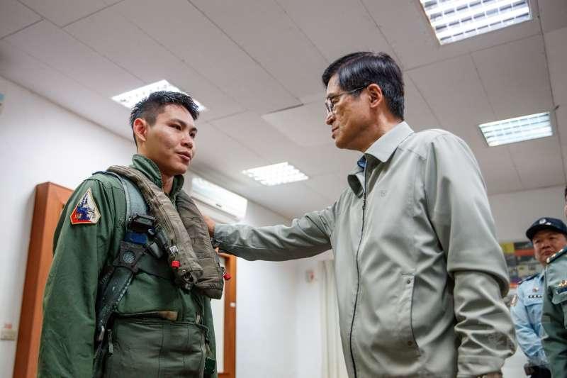 國防部長嚴德發5日前進澎湖,慰勉馬公機場部署的「天駒部隊」人員。(軍聞社)