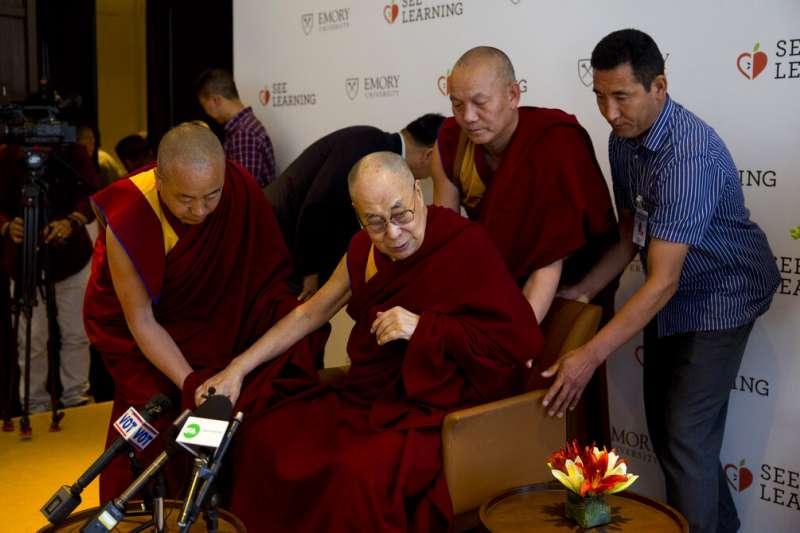 4月4日,西藏佛教精神領袖達賴喇嘛出席印度教育活動。(AP)