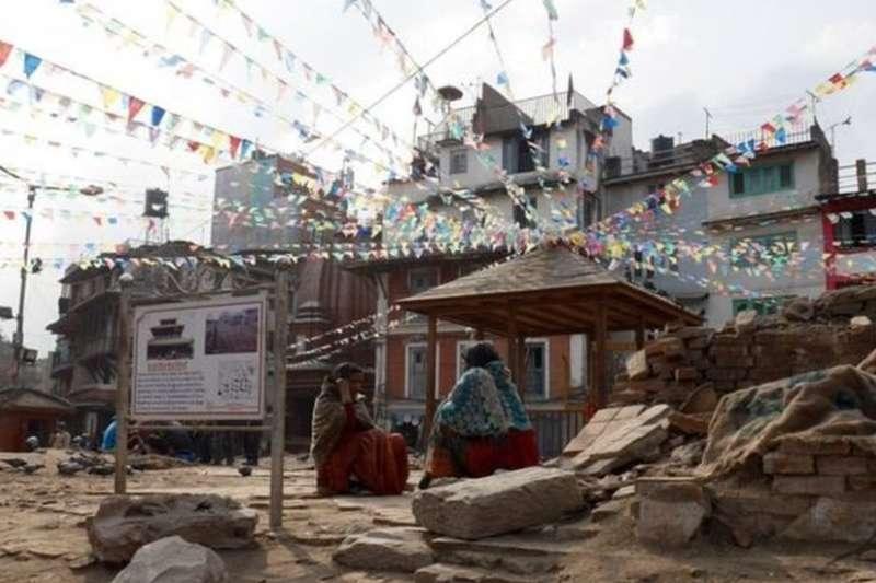 地震整整一年後,加德滿都的皇宮、寺廟仍然是殘磚斷瓦。(BBC中文網)