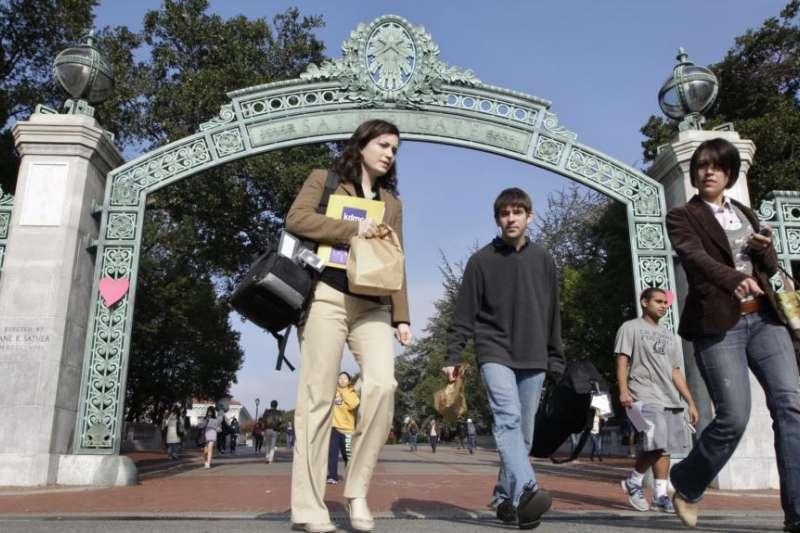學生走出加州大學柏克萊分校校門(VOA)。