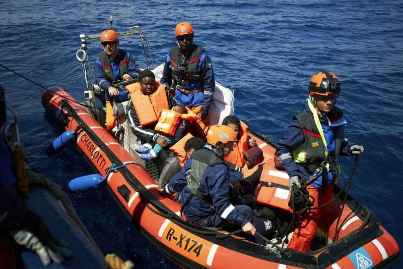 北非國家利比亞難民涉險度過地中海。(AP)