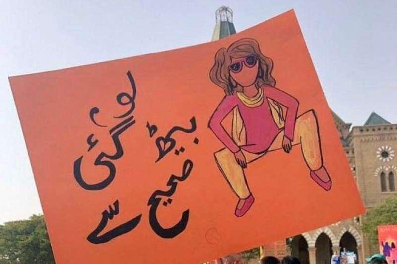 巴基斯坦女大生盧米莎與拉希妲為3月國際婦女節的全國大遊行製作的海報引起熱議(取自Rumisa Lakhani@Facebook)