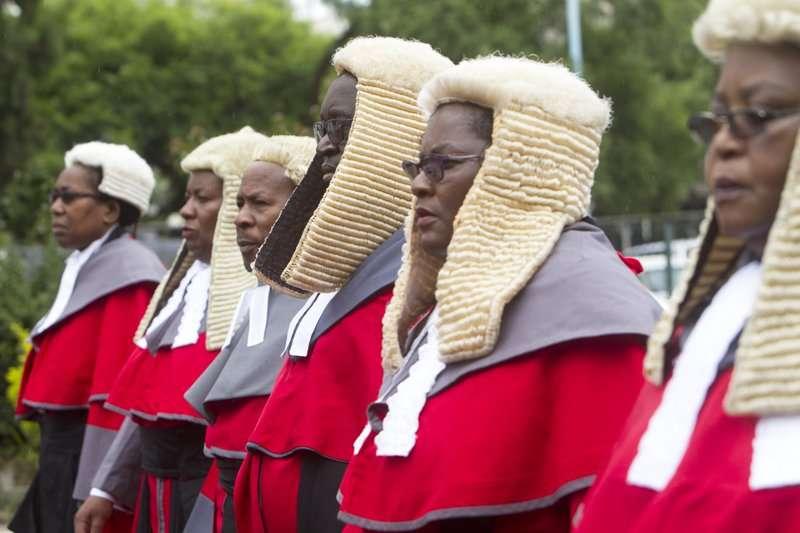 辛巴威因為嚴重通貨膨脹和政府增稅政策陷入經濟危機,近來卻傳出政府砸下490萬為法官添購假髮。(美聯社)
