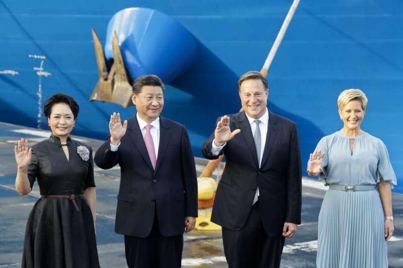2018年12月,中國國家主席習近平夫婦訪問巴拿馬,受到瓦雷拉總統夫婦歡迎,中國「一帶一路」計畫進入拉丁美洲(AP)