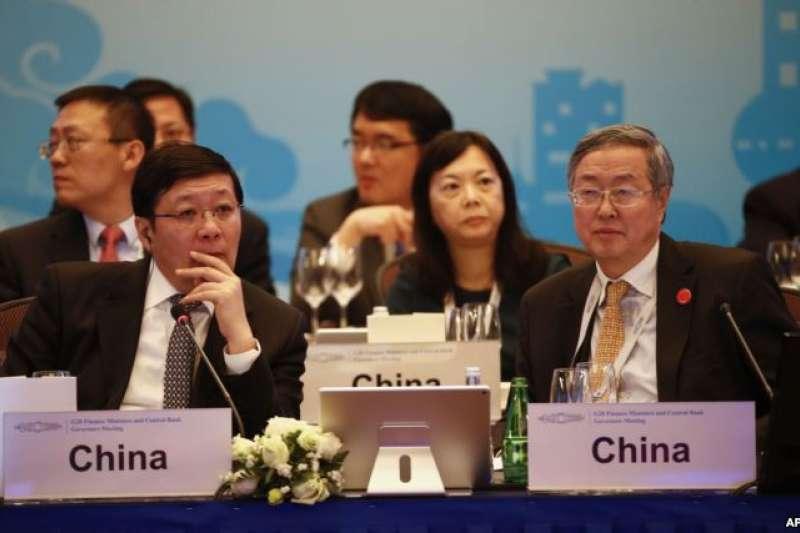 2016年2月26日,中國財政部長樓繼偉 (左)與中國人民銀行行長周小川星期五在上海召開的20國集團財政部長和中央銀行行長會議上 (AP)