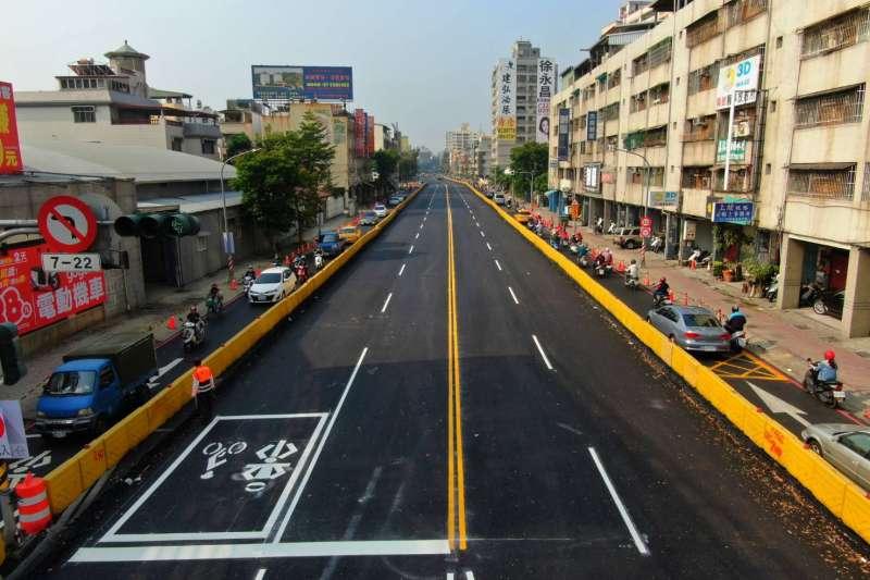 高雄大順路中間車道提早開放通行。(高雄市政府提供)