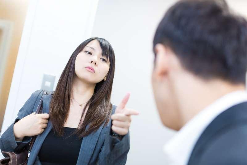在工作中跟外國人說「這件事交給我吧」其實不能用 Give it to me。(圖/すしぱく@pakutaso)