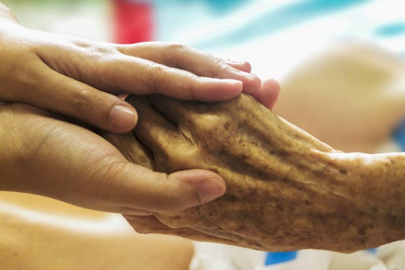 根據衛福部預估,台灣在2026年國內失能老人恐將爆增至62萬人,長照需求大增。這對將肩負家庭照顧責任的人來說,無疑是一項沉重的數據。(資料照,取自pxhere)