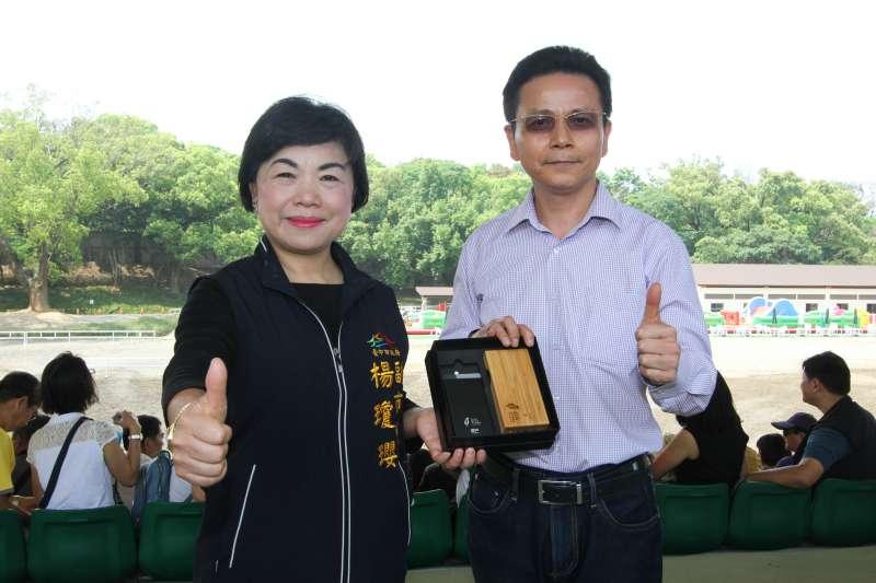 台中市副市長楊瓊瓔(左)與彰化縣副縣長洪榮章(右),盼未來可跨域合作,共同創造城市的進步。(圖/台中市政府提供)