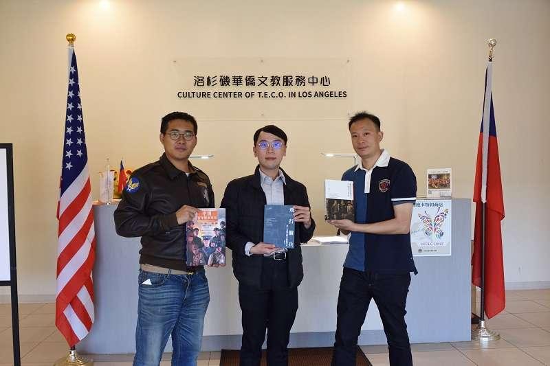 20190408-僑二中心就在美國軍事博物館旁邊,所以我們也順道前往這個由中華民國僑務委員會經營的機構捐贈作品,並由今年1月剛上任的簡槙男副主任出面接受贈書。(作者提供)