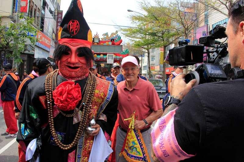 主持人羅森度跟隨媽祖走訪台灣的沿海鄉鎮,有感而發說:「只有親眼見證才能感受那股凝聚民心的龐大力量及媽祖魅力,深刻體會台灣人民的互助、關懷與人性的溫暖善良面」。(圖/Travelscope臉書粉專)
