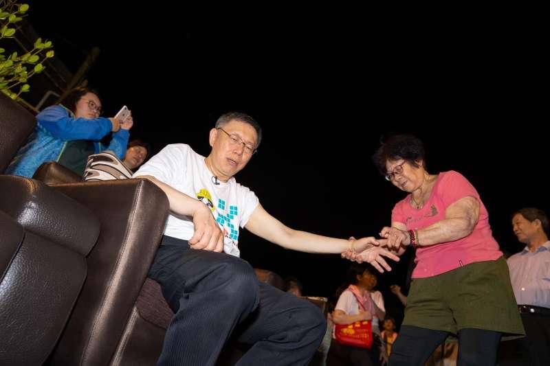 圖為台北市長柯文哲隨大甲媽遶境南下雲林西螺(柯粉俱樂部提供)