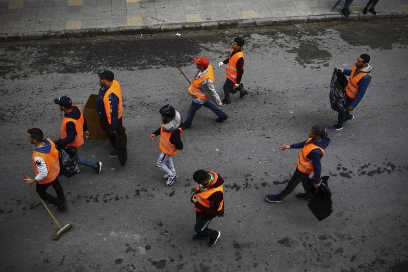 2019年2月至4月,阿爾及利亞爆發反政府示威,民眾自動自發做好清潔工作。(AP)