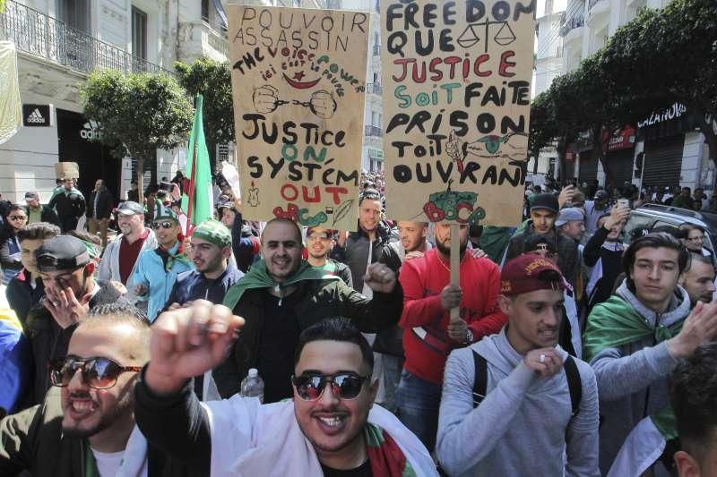 2019年2月至4月,阿爾及利亞爆發反政府示威,要求總統下台。(AP)