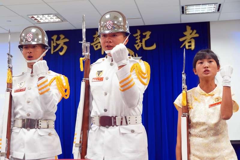 來自恆春工商儀隊的韓宜婷(右)已報考海軍陸戰隊志願役,由於陸戰有儀隊,只要順利完訓,有機會挑戰成為首位陸戰儀隊女隊員。(讀者提供)
