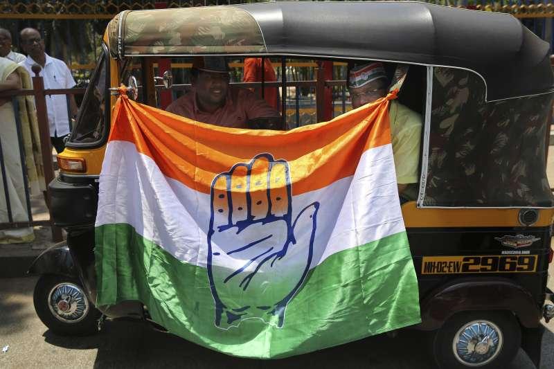 印度大選將於4月11日登場,國大黨支持者在車外懸掛旗幟。(AP)