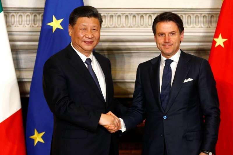 義大利總理孔蒂和中國國家主席習近平在羅馬簽署一帶一路貿易協議後握手。(美國之音)