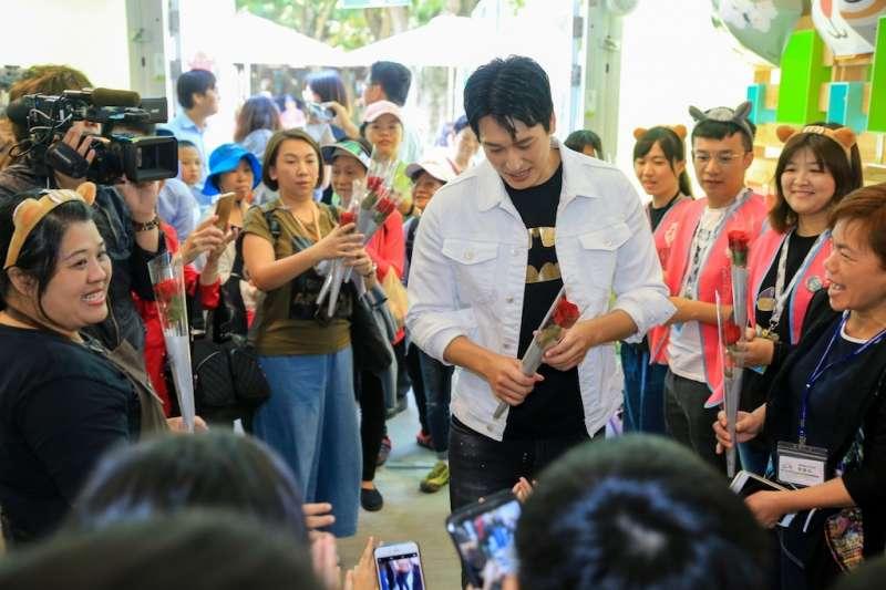 人氣男星邵翔擔任台中花博紀念品店一日店長,吸引眾多遊客圍觀。(圖/台中市政府提供)