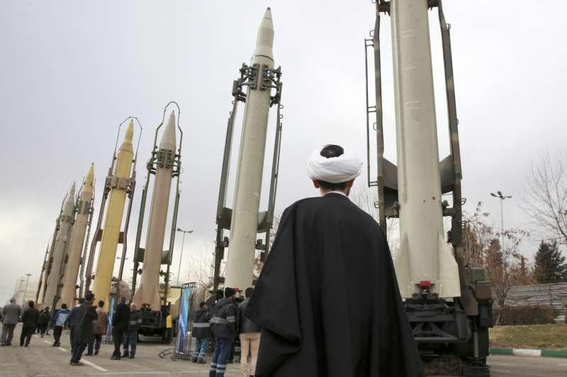 伊朗伊斯蘭革命衛隊在軍事展秀出的飛彈(AP)