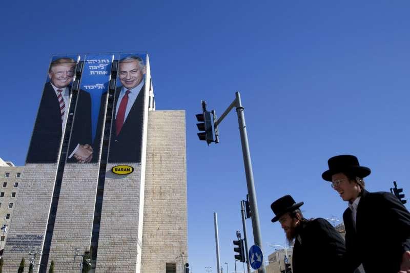 納坦雅胡在這次大選中大打美國牌,耶路撒冷街頭可以看到他們兩人握手的巨幅海報。(美聯社)