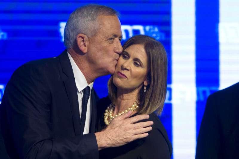 2019年4月9日以色列大選,領導藍白聯盟的甘茨宣告勝選,親吻妻子臉頰。(AP)