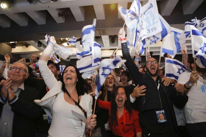 2019年4月9日以色列大選,藍白聯盟支持者關注開票結果,熱情歡呼。(AP)