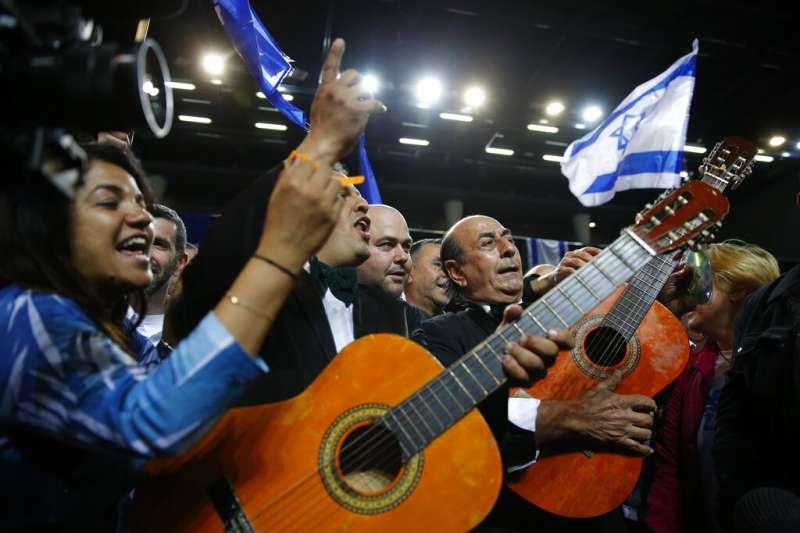 2019年4月9日以色列大選,總理納坦雅胡所屬政黨聯合黨的支持者關注開票結果,熱情歡呼。(AP)