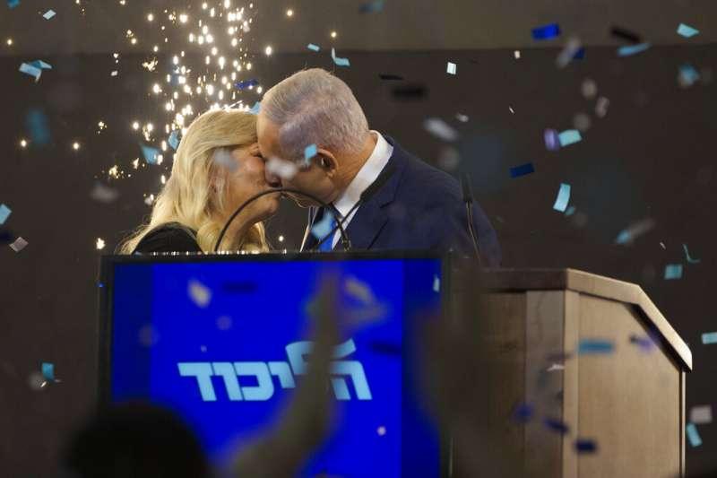 2019年4月9日以色列大選,總理納坦雅胡與妻子莎拉(Sara Netanyahu)熱吻慶祝,宣告勝選。(AP)