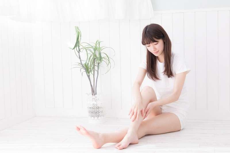 下肢水腫纏身?久坐、腿部肌力不足是禍首。(示意圖非本人/すしぱく@pakutaso)