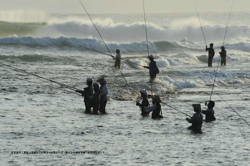 2014年印尼總統大選戰況激烈,對於人民而言,有人放眼追求未來,也有人選擇了回頭路。圖為印尼峇里島男人們以站立的姿勢在海裡釣魚。(玉山社提供)