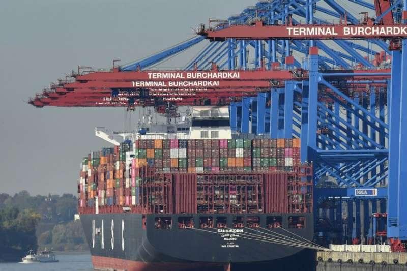 德國漢堡港的一艘正在裝貨的貨輪。(美聯社)