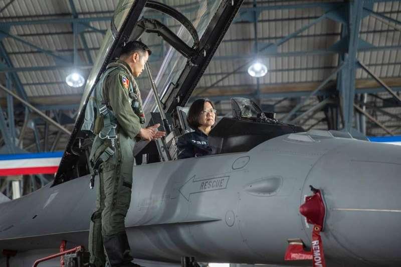 蔡英文總統視察我國空軍飛行聯隊。(蔡英文臉書)