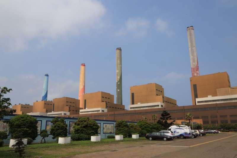 台中火力發電廠機組區附近的放流水,連3個月遭檢測出硝酸鹽氮超標未改善。(台中市政府提供)