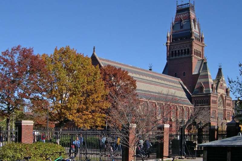 高雄市長韓國瑜受哈佛大學邀請,但到底是「閉門會談」還是「演講」卻成了爭議焦點。(圖/維基百科)