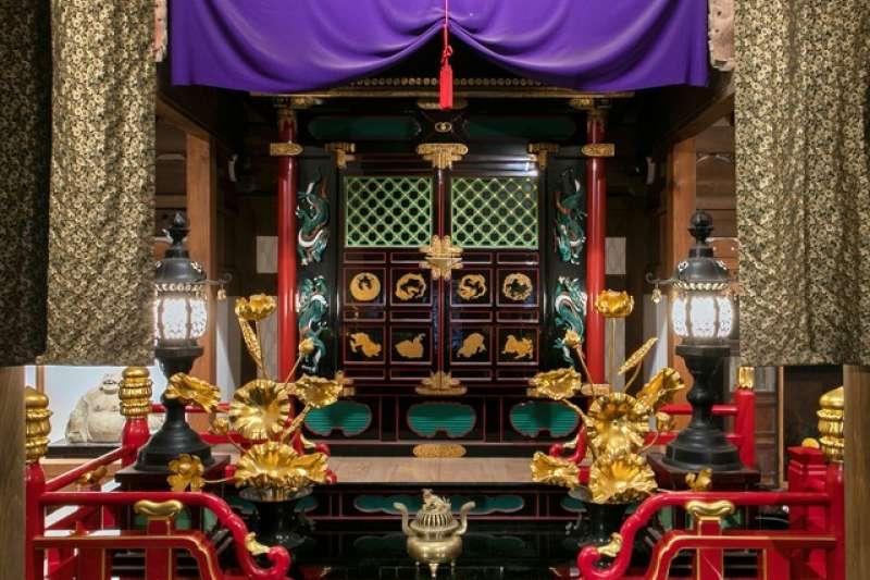 安放秘佛「准胝觀音像」的佛龕,由江戶時代後水尾天皇的中宮妃子東福門院捐贈,相當豪華絢麗=攝於3月19日。(圖/潮日本提供)