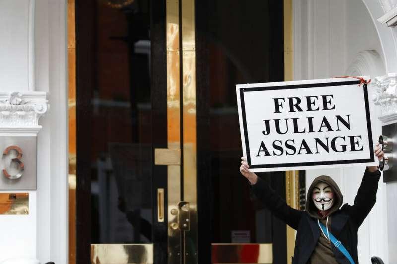 知道維基解密創始人阿桑奇將要被驅逐出厄瓜多駐倫敦大使館,4月5日有一些支持者聚集在使館外聲援他。(AP)