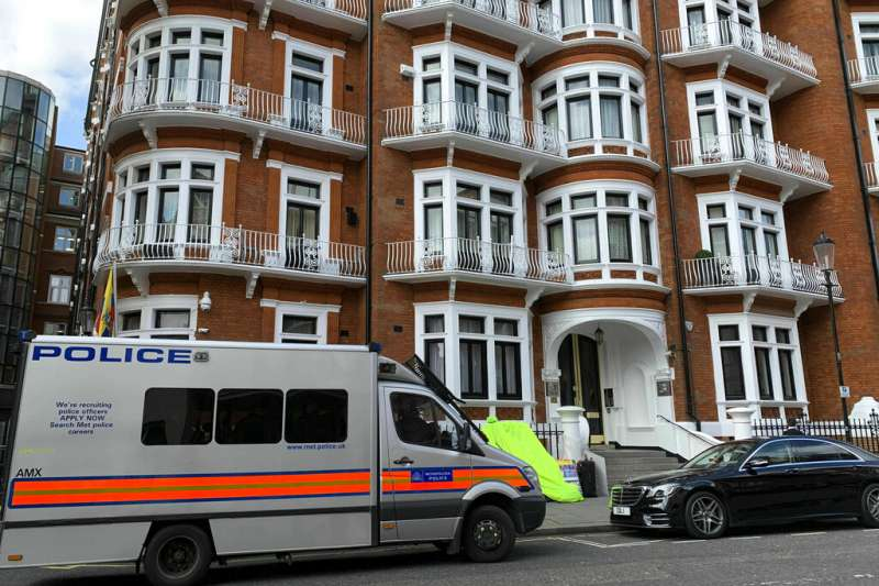 維基解密創始人阿桑奇被英國警方逮捕,厄瓜多駐倫敦大使館外有警車。(AP)