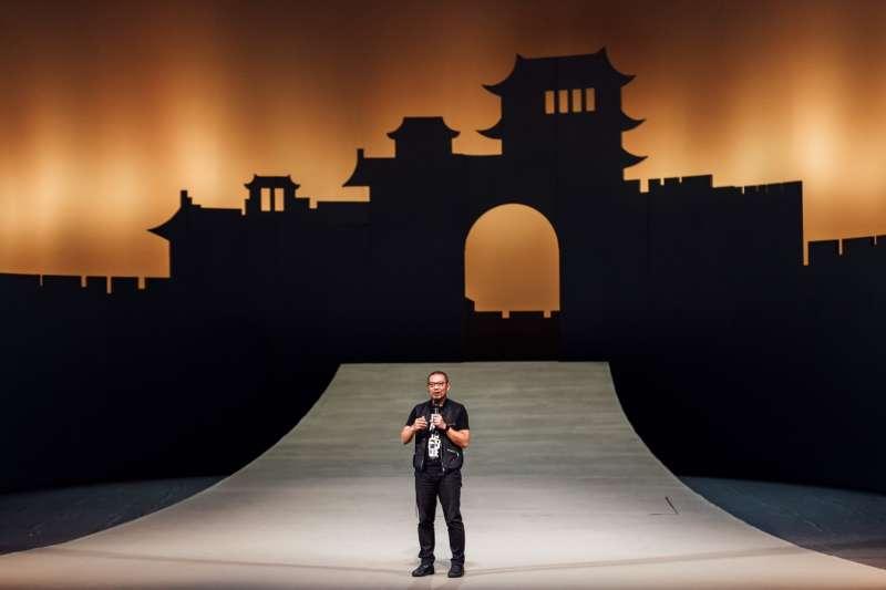 20190411 upload-衛武營國家藝術文化中心藝術總監簡文彬,於歌劇《杜蘭朵》開演前致詞。(衛武營國家藝術文化中心提供)