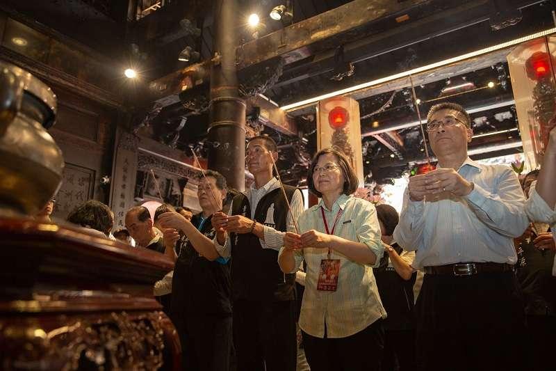 行政院長蘇貞昌雷厲風行之際,蔡英文總統正在跟著媽祖參香。(蔡英文臉書)