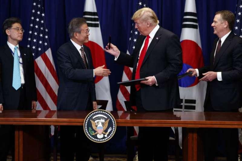 川普和文在寅在2018年聯合國大會期間在紐約簽署美韓自由貿易協議。(美聯社)