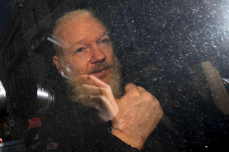 維基解密(WikiLeaks)創辦人阿桑奇(Julian Assange)被移送法院途中比出勝利手勢(AP)
