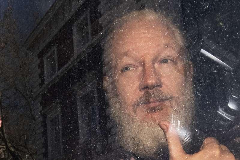 2019年4月11日,維基解密(WikiLeaks)創辦人阿桑奇(Julian Assange)遭英國警方逮捕(AP)