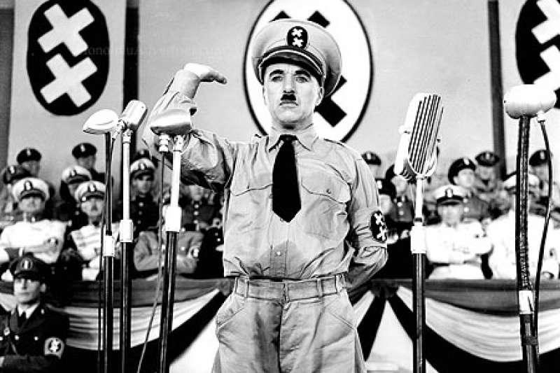 卓别林諷刺納粹的電影《大獨裁者》劇照。(圖/想想論壇提供)