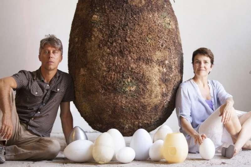 Citelli和Bretzel設計了一種像膠囊一樣、能夠生物分解的蛋形容器,遺體會被放進蛋裡的胚胎位置,之後埋入土裡。死者本人或他的家人,能選擇一棵樹,種植在埋了蛋型棺墓的土地上,死者的遺體將供給這棵樹成長的養分,化作春泥更護花!(圖/瘋設計提供)