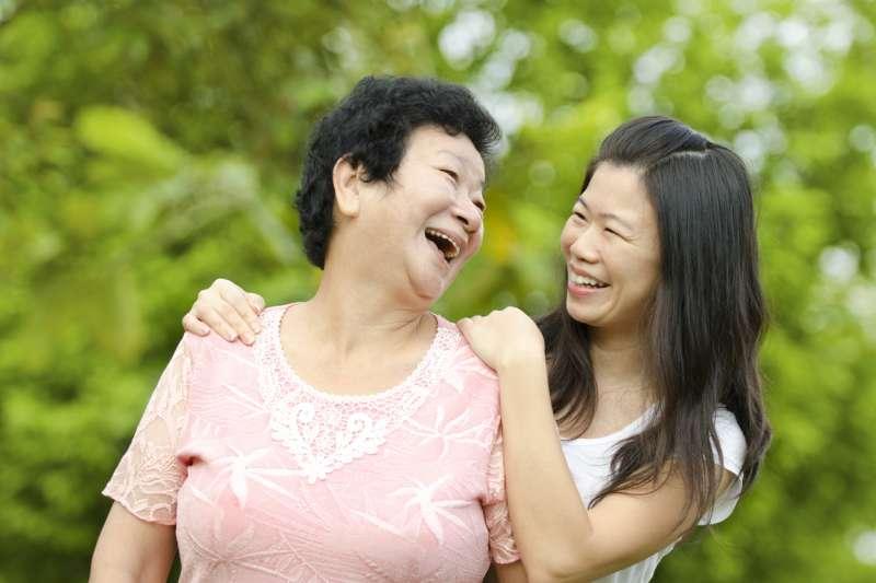 離家後的成年子女,誰最常探視父母?中研院家庭動態調查顯示:單身女兒最常回家。這篇論文不但正面挑戰了西方經濟學的「示範效果」理論,登上國際知名期刊《The Social Science Journal》,還獲得編輯好文大推。(圖/iStock,研之有物提供)