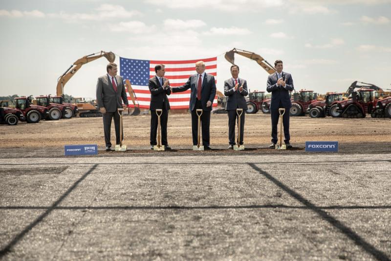 富士康看似盛大在美國威斯康辛(Wisconsin)設廠的計畫,一年後過去,只有空的大樓以及不知哪去的員工們。(圖/Shealah Craighead@ U.S. federal government)