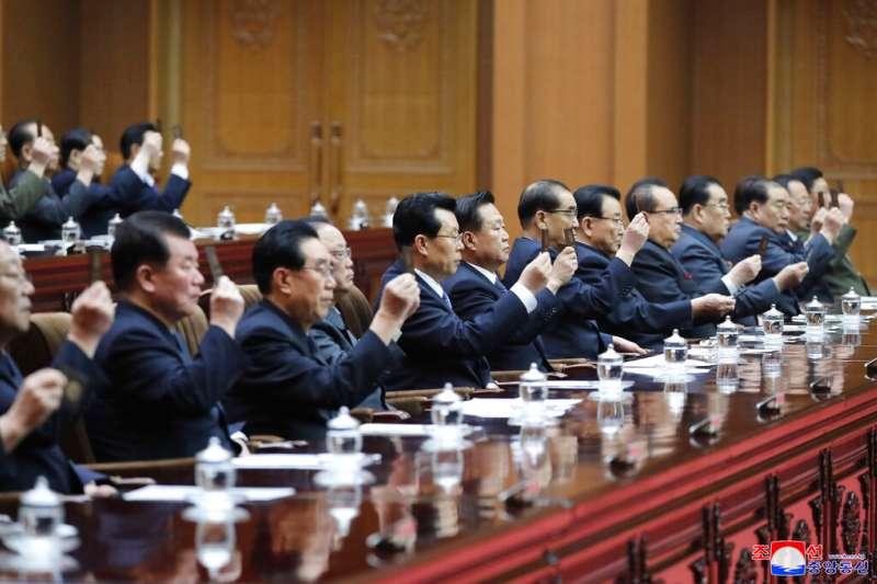 北韓第十四屆最高人民會議第一次會議在平壤萬壽台議事堂舉行,金正恩再次被推舉為國務委員會委員長。(美聯社)