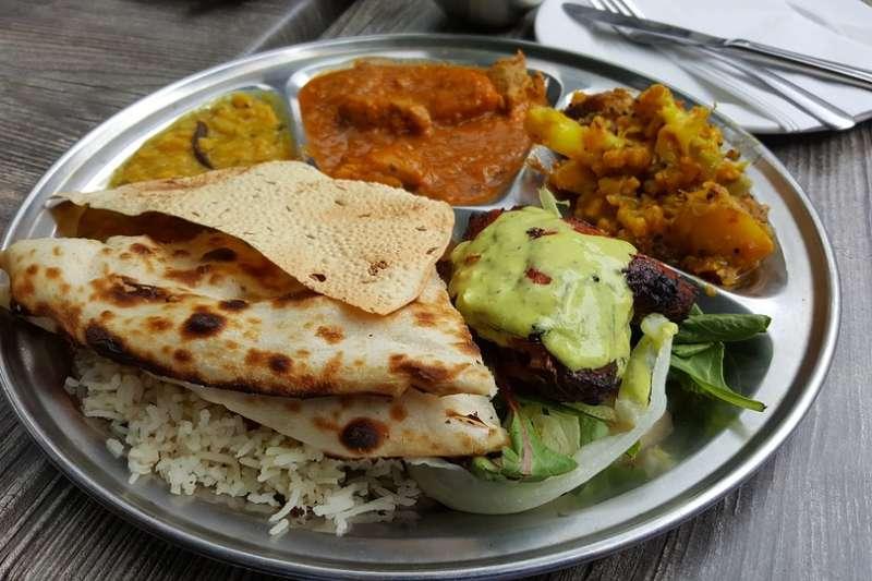 除了大城市裡的富裕階層,印度人其實並沒有外食的習慣。他們認為吃飯這件事原本就是在家裡做的事。大多數的情況是,如果不是很要好的人,並不會把客人視為「來到我家的神」而提供最棒的料理。(圖/pixabay)