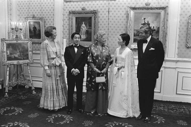 當時為日本皇太子夫婦的明仁與美智子,與荷蘭畢翠克絲公主、朱利安納女王會面。(取自維基百科)